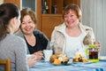 Ženy mluvení zatímco čaj pití