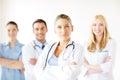 Grave mujer médico en de salud grupo