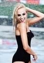 Sexig flicka som går längs den våta gatan i regn Royaltyfri Foto