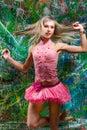 Sexigt posera för flicka av nyanserad bakgrund Royaltyfria Bilder