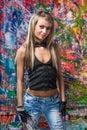 Sexigt posera för flicka av nyanserad bakgrund Fotografering för Bildbyråer