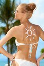 Sexy frau im bikini mit sun zeichnung auf haut Lizenzfreie Stockfotografie