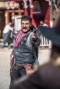 Sheriff duels bandit i stad Royaltyfri Foto