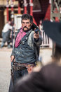 Sheriff duels bandit i stad Arkivfoton