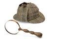 Sherlock holmes deerstalker cap and vintage vergrootglas iso Royalty-vrije Stock Foto's