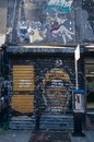 Shopfront die in Graffiti, de Stad van New York, de V.S. wordt behandeld Stock Fotografie