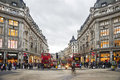 Shoppingtid i den oxford gatan london Royaltyfri Bild