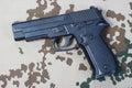 Sig sauer ręki pistolet na pustyni camouflaged tło Zdjęcie Stock