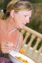 Signora Enjoying una ciotola di Paella Fotografie Stock Libere da Diritti