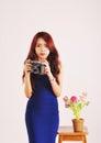 Signora photographer holding film camera Immagini Stock