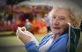 Signora senior enjoying picnic alla luna park Immagini Stock Libere da Diritti