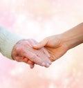 Signora senior holding hands con la giovane donna Fotografia Stock Libera da Diritti