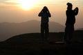 Signora turistica che fotografa al tramonto Immagini Stock Libere da Diritti