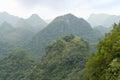 Sikt över grön och bergig skog Arkivbilder