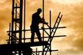 Silhouetbouwvakker op steigerbouwterrein