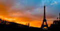 Silhouette d'Eiffel d'excursion au coucher du soleil, Paris Photo stock