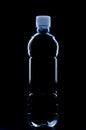 Silhueta da garrafa de água no fundo preto Fotografia de Stock Royalty Free
