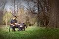 Sinnliche ruhige Paare auf Bank Stockfoto
