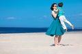 Sirva de madre y su pequeño hijo que juega en la playa Foto de archivo libre de regalías