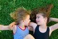 Sestry dieťa dievčatá ležiace na záhrada tráva