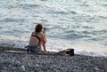 Sitzende Frau mit cellphone Lizenzfreie Stockfotos