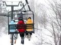Skiërs op stoeltjeslift Stock Foto's