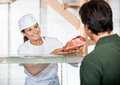Slager selling fresh meat aan klant Stock Foto