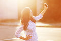 όμορφη γυναίκα φωτογραφιών τρόπου ζωής που φωτογραφίζεται στο smartphone Στοκ Φωτογραφία