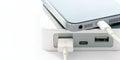 Smartphone mobile dello smart phone che incarica della banca di potere su fondo bianco Fotografie Stock