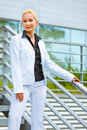 Smiling business woman at office building Royalty Free Stock Photography
