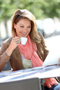Smiling woman at coffee shop realxing Royalty Free Stock Photo