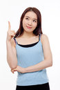 Smiling young woman pointing upwards Royalty Free Stock Photos