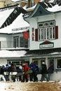 Snowboarders voering-omhoog om Kaartjes te kopen Stock Afbeelding