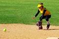 Softball spieler der einen ground ball von der shortstopposition auffängt Stockfoto