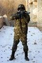 Soldat i kamouflage med geväret Royaltyfri Fotografi