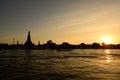 Solnedgång på wat arun temple bangkok thailand Royaltyfria Bilder