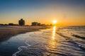 Soluppgång över atlanticet ocean på den ventnor stranden som är ny ärmlös tröja Arkivbild