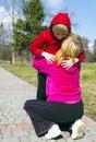 Son på ryggen på moder i en park Royaltyfri Fotografi