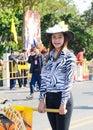 Sonrisa de la señora en el festival 36.o de la flor de Chiangmai. Fotografía de archivo libre de regalías