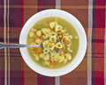 Sopa do caldo de galinha com colher Fotografia de Stock Royalty Free