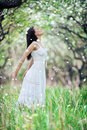 Sorglose junge Frau im weißen Kleid Stockfotografie