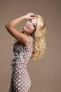 Sorriso toothy lucky woman sofisticado no vestido clássico Foto de Stock