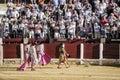 Spaanse stierenvechter met zijn bemanning die een overlapping van eer geven door het publiek aan het eind van zijn show in ubeda Stock Foto's