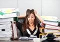Spanning die op work woman haar hoofd houdt Royalty-vrije Stock Fotografie