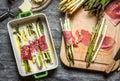 Sparris rullade i skinka och bakade med ost Royaltyfri Fotografi