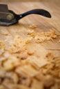 Spokeshave sapele hartholz brett chip shavings Lizenzfreie Stockfotos