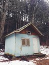 Spooky old cabin abandoned in the woods or forest Royalty Free Stock Photos
