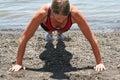 Sportieve vrouw die opdrukoefeningen doet Royalty-vrije Stock Fotografie