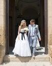Sposa e sposo che lasciano la chiesa Immagini Stock