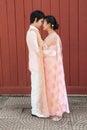 Sposo tailandese looking cute bride nella felicità Fotografie Stock